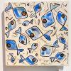 'Blue fish' est un plat en céramique modelé à Vallauris. Je l'ai peint avec des engobes puis émaillé et cuit. Sa finition est alimentaire.